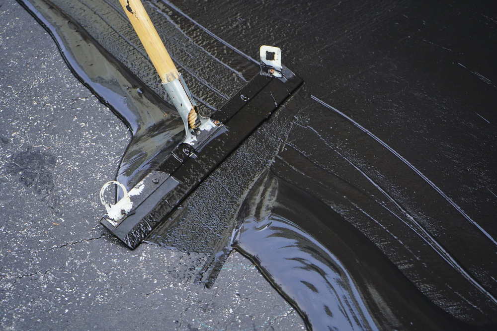Sealing an asphalt driveway
